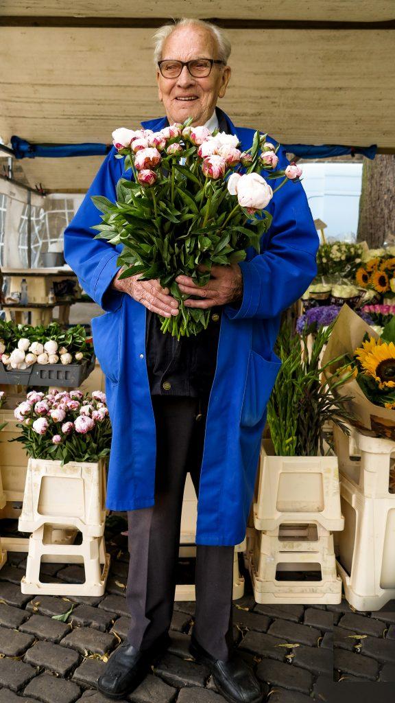 Janskerkhof Bloemenmarkt_Arie Lensen_verkoper